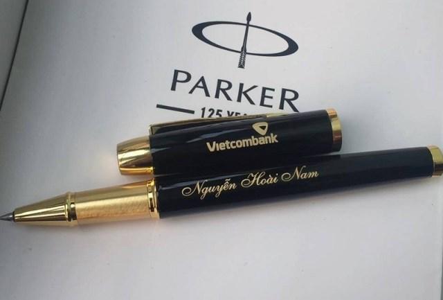 khắc laser lên bút máy làm quà tặng doanh nghiệp