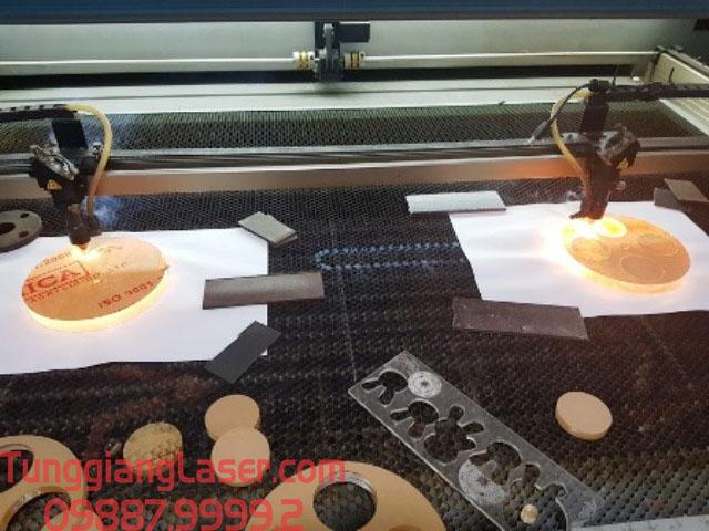 Cắt khắc laser lên mica tại hà nội