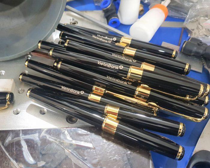 khắc laser bút kim loại